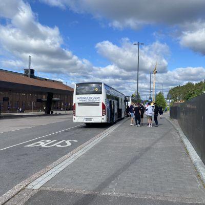 Tilausajobussi ja matkustajia Lahden matkakeskuksella