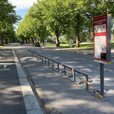 Tyhjä kaupunkipyöräpysäkki Tampereella.