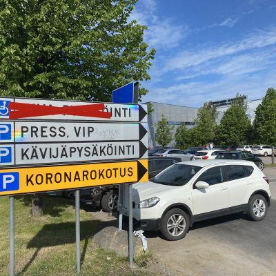 Opastekylttejä koronarokotuspisteellä Tampereen messukeskuksessa