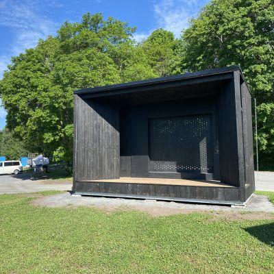 Tampereen eteläpuiston uusi esiintymislava Väriltään se musta, puut on hiillostettu ja öljytty perinteiseen japanilaistyyliin.