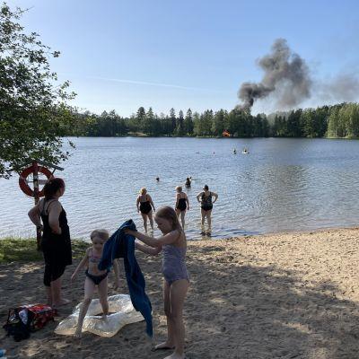 Laavu palaa Iso-Valkeisen rannalla Kuopiossa.