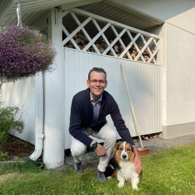 Oulun kaupungin terveysjohtaja Jorma Mäkitalo kotipihallaan yhdeksän kuukauden ikäisen corgi-koiransa kanssa.