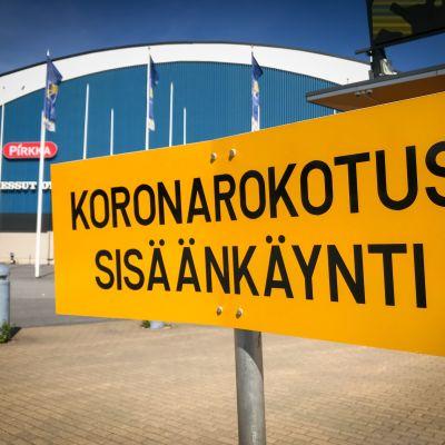 Koronarokotus sisäänkäynti -kyltti Tampereen messu- ja urheilukeskuksen edustalla