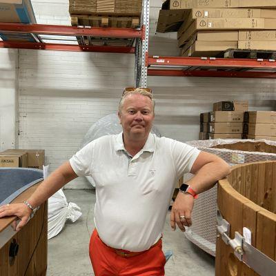 Kirami Oy:n toimitusjohtaja Mika Rantanen seisoo kahden kylpytynnyrin välissä Sastamalan tuotantolaitoksella