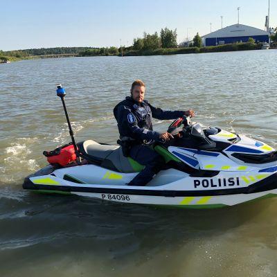 Vanhempi konstaapeli Timo Sjöroos on yksi Turun venepoliisin vesijettikuskeista.