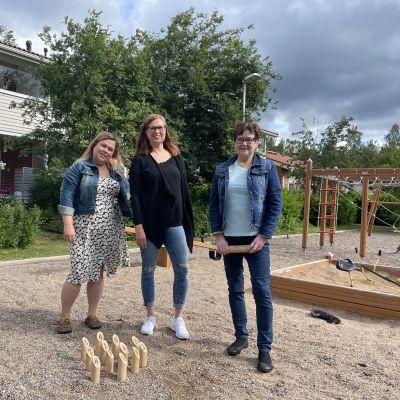 Vuorovaikutussuunnittelija Maiju Teeriaho sekä rivitaloyhtiön asukkaat Sanna Lassila ja Liisa Salminen mölkky-pelin äärellä ulkona.