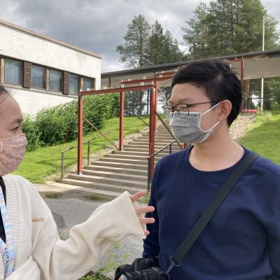 vietnamilaiset Thy Nguyen ja Minh Tran Sallan lukion pihalla