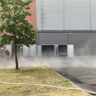 Joensuun jäähallista tulee savua.