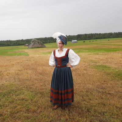 En kvinna i gammaldgs kläder.