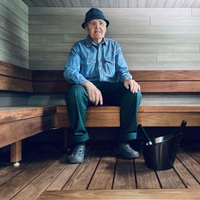 Jouni Hirvonen istumassa mallitalon saunan lauteilla.
