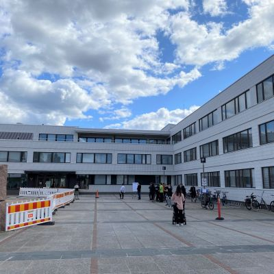 Rovaniemen kaupungintalon edustalla ihmisiä, jotka jonottavat koronarokotukseen