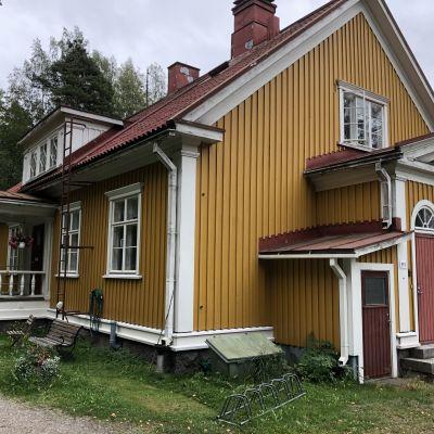 Vanha keltainen hirsirtalo, Wahlmanin talo, Äänekosken Hiskinmäellä