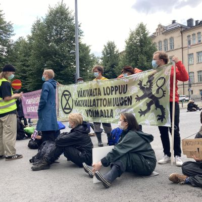 Elokapinan mielenosoittajat istuvat tiellä Tampereella.