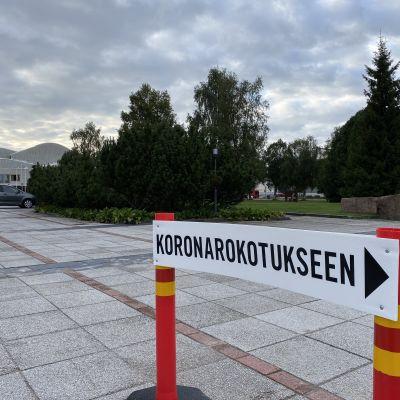 Rovaniemen kaupungintalon rokotuspisteen edusta.