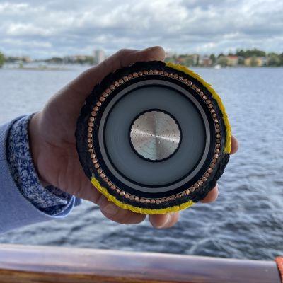Tältä näyttää läpileikkaus Suomen paksuimmasta sisävesien pohjaan upotetusta sähkökaapelista