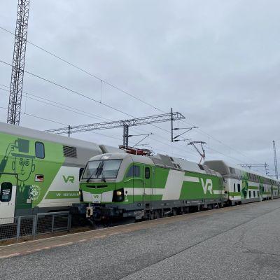 Juna saapuu Rovaniemen rautatieasemalle.