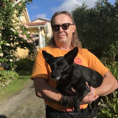 Erkki Räsänen ja koira Maya puutarhassa Nekalassa