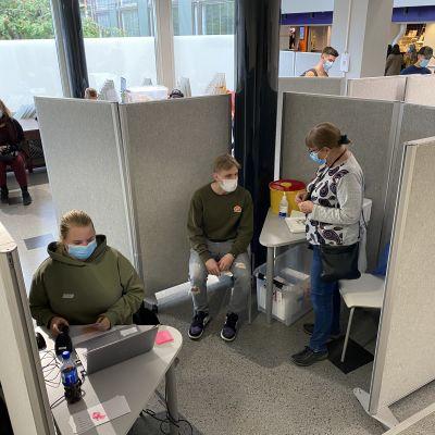 Opiskelijoita rokotetaan Tampereen ammattikorkeakoulun pop up -rokotuspisteessä 7.9.2021