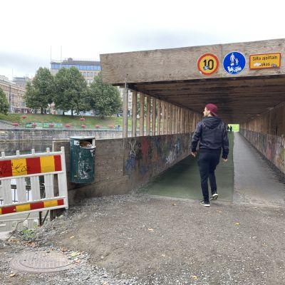 Mies menossa Tammerkosken väliaikaiselle sillalle