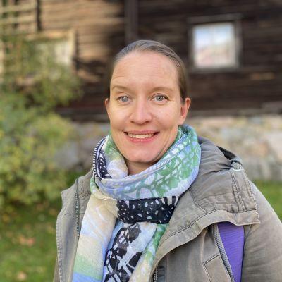 Vihreiden kansanedustaja Mirka Soinikoski katsoo kameraan Hämeenlinnassa puistossa 20.9.2021 haastattelun yhteydessä.