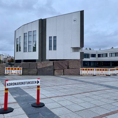 Koronarokotukseen-kyltti Rovaniemen rokotuspisteen edustalla