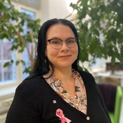 Lähihoitaja, SuPerin edustajiston varapuheenjohtaja ja SuPer 610 osaston varapuheenjohtaja. Hanna Jokinen katsoo hymyillen kameraan taustalla toimistoa ja iso limoviikuna. 07102021.