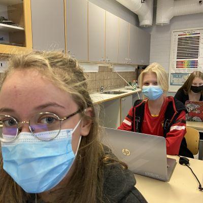 Liida Rönkkä ja Joanna Leiman fysiikan tunnilla Mänttä-Vilppulan lukiossa
