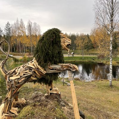 Italialaisen Marco Martalarin tekemä Suomen leijona-veistos Tohmajärvellä, taidekeskus Puun sielun pihapiirissä. Video: Tanja Perkkiö / Yle.