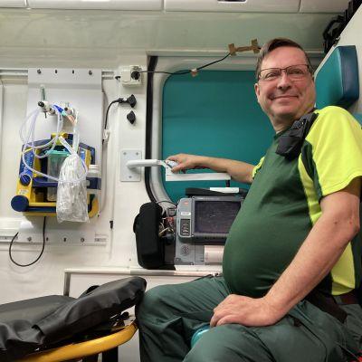 Kari Summanen henkilökuvassa ambulanssissa.
