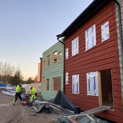 Honkasuolle Helsingissä rakennetaan käsin veistettyjä hirsitaloja.