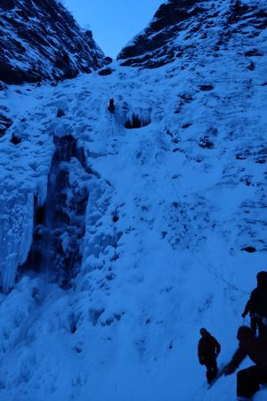 Fyra personer isklättrar på ett stort berg i Norge