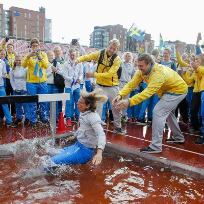 Sveriges förbundskapten Karin Torneklint kastas i vattengraven efter landskampsegern 2016.