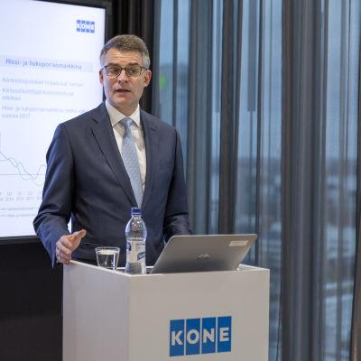 Kones verkställande direktör Henrik Ehrnrooth håller presentation om bolagets resultat.