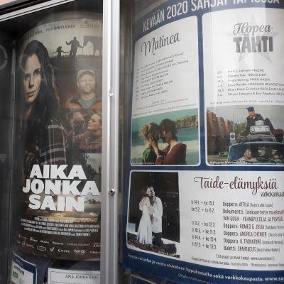 Elokuvateatteri Tapion ulkomainoksia Joensuussa.