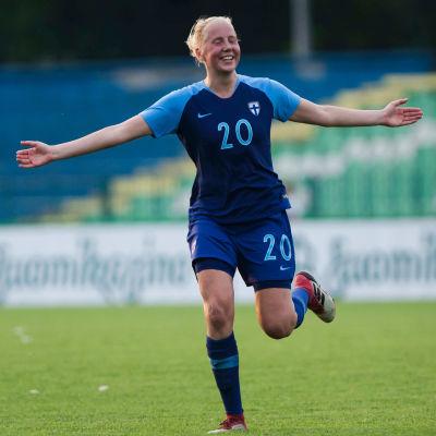 Eveliina Summanen firar mål i landslagströjan.