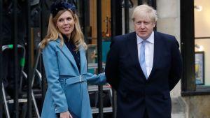 Storbritanniens premiärminister Boris Johnson med sin fästmö Carrie Symonds.