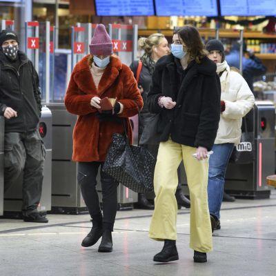 Resenärer i tunnelbana i Stockholm bär munskydd.