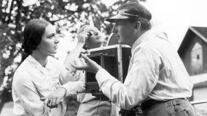 Hanna Taini, Theodor Luts ja Risto Orko elokuvan Siltalan pehtoori (1934) kuvauksissa