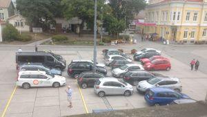 Bilar som står parkerade huller om buller på Ekenäs torg.