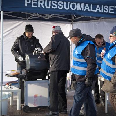 Perussuomalaiset kuntavaaliehdokkaat tarjoilevat makkaraa Kellokoskella
