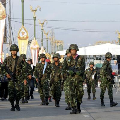 Thailändska soldater patrullerar gatorna i Bangkok.