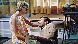 Nuoripari (Mia Farrow ja John Cassavetes) istuu asunnon lattialla. Kuva elokuvasta Rosemaryn painajainen.