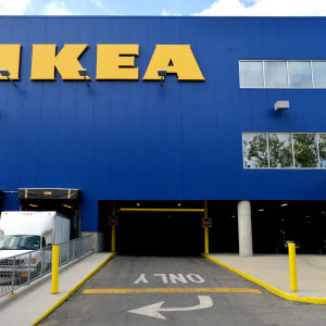Parkeringshall och ett blågult Ikeavaruhus i Brooklyn, New York, Usa.