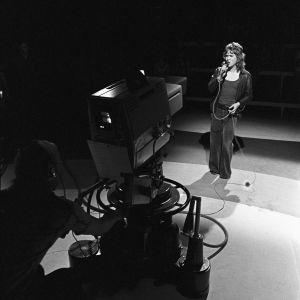 Markku Aro esiintyy televisiokameralle Pop Story -ohjelmassa 1972.