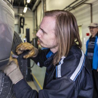 katsastusmies Juho Nousiainen ja auton omistaja Tauno Kari