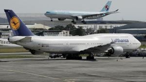 Ett Lufthansa-flygplan på ett flygfält.