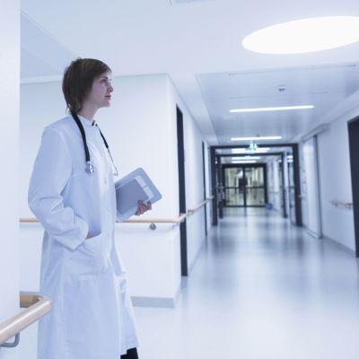 En kvinnlig läkare i en sjukhuskorridor.