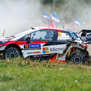 Jari-Matti Latvala kör med söndrig bakdel på bilen.