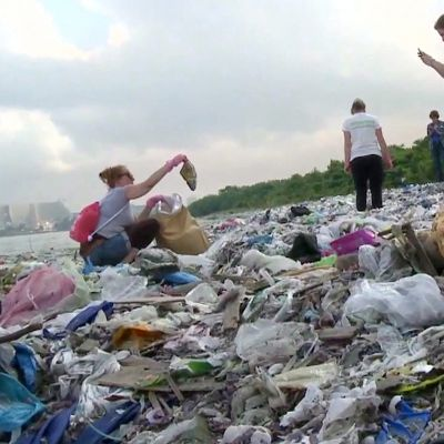 Saksalainen dokumentti kysyy, miksi muovin aiheuttamaa ongelmaa ei ole saatu ratkaistua?