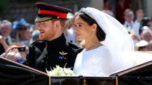 Brudparet i droskan